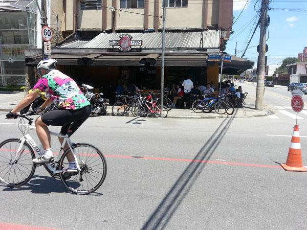 movimento de ciclistas na ciclofaixa